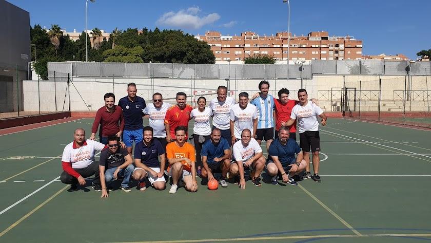 Foto de los dos equipos que disputaron ayer el partido amistoso de fútbol sala.