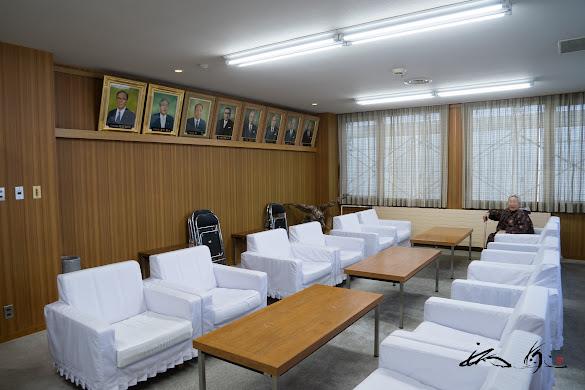 代々村長の肖像画が掲げられた応接室
