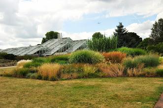 Photo: Grassenborder voor de Princess of Wales Conservatory in Kew - Royal Botanical Gardens