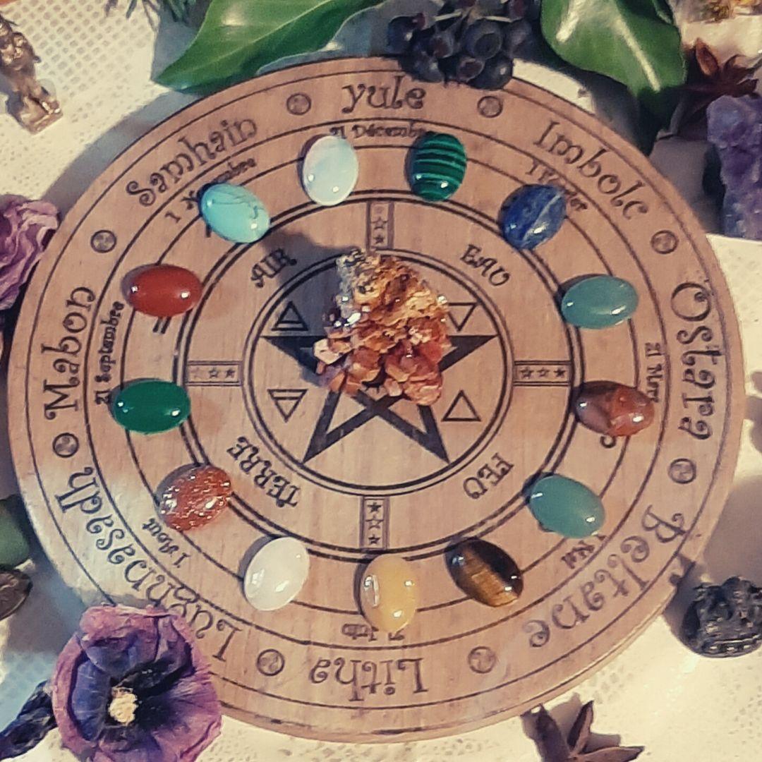 mon premier pentacle et roue de l'année wiccane fait de de bois d' hêtre et transfert de dessins sur  le bois  de forwicca