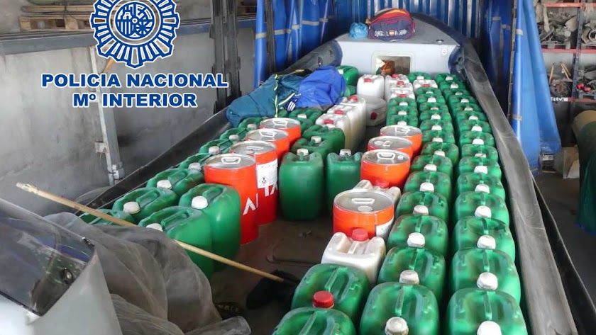 Una lancha cargada con garrafas de gasolina.