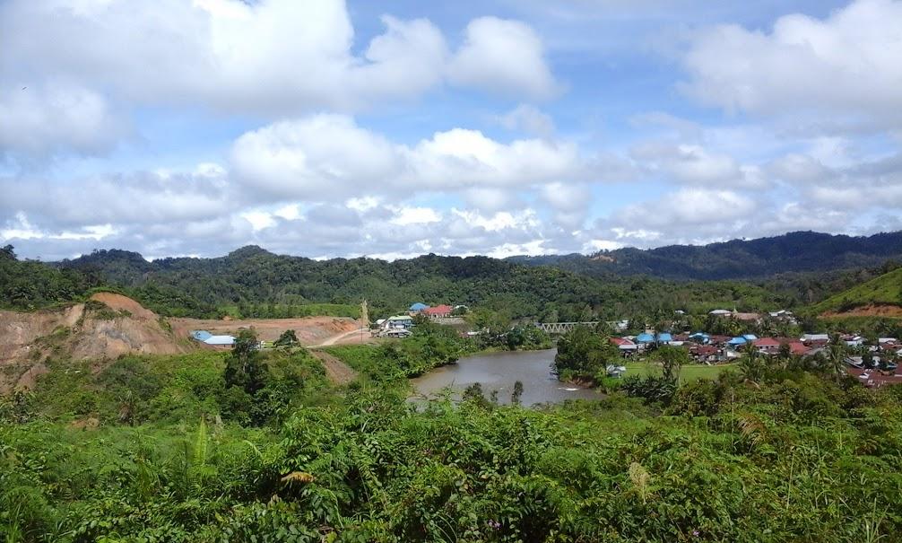 Bentangan alam Desa Long Nawang, Kec. Kayan Hulu, Malinau, Kalimantan Utara. Di sebelah kiri foto merupakan lahan yang sengaja dibuka untuk membuat pemukiman baru. (Foto: Yudha PS)