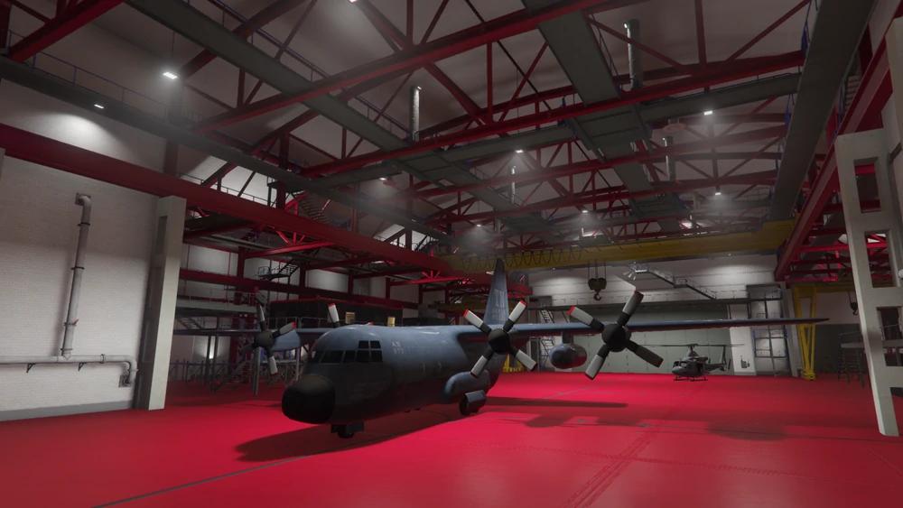 Ein Transportflugzeug in einem Hangar mit rotem Boden