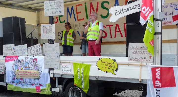 Verdi-Tribüne mit Plakaten.
