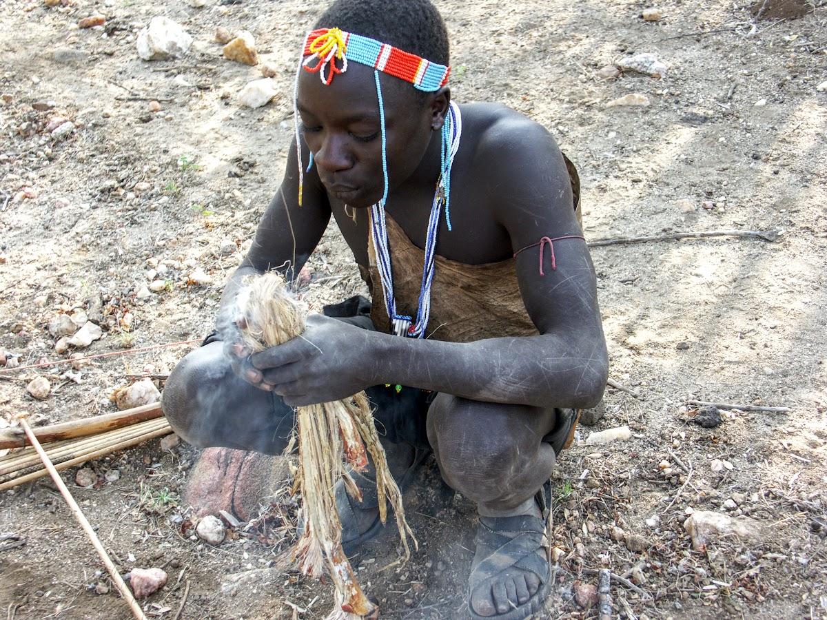Chasseur de préparer un feu pour cuire les oiseaux