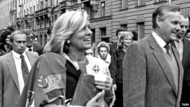 """Владимир Путин (слева) на церемонии присвоения перекрестку на Каменноостровском проспекте названия """"Австрийская площадь"""", сентябрь 1992 года"""