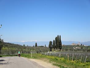 Photo: Voorjaar langs de fietsroute.  Sneeuw op de Apennijnen.