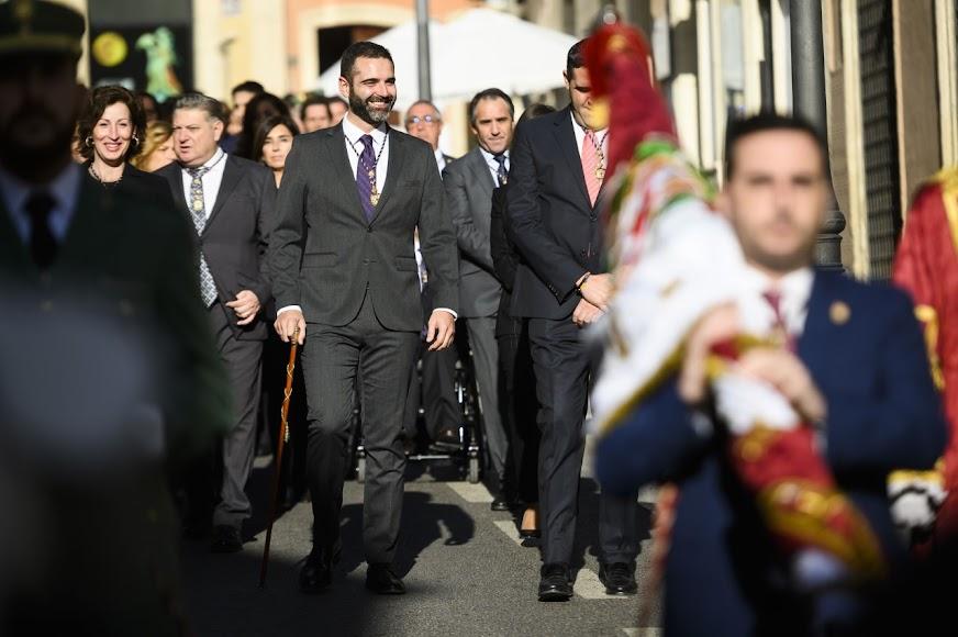 Carlos Sánchez portando el Pendón y al fondo el alcalde de la ciudad, Ramón Fernández Pacheco.