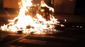 Imagen de uno de los contenedores incendiados.