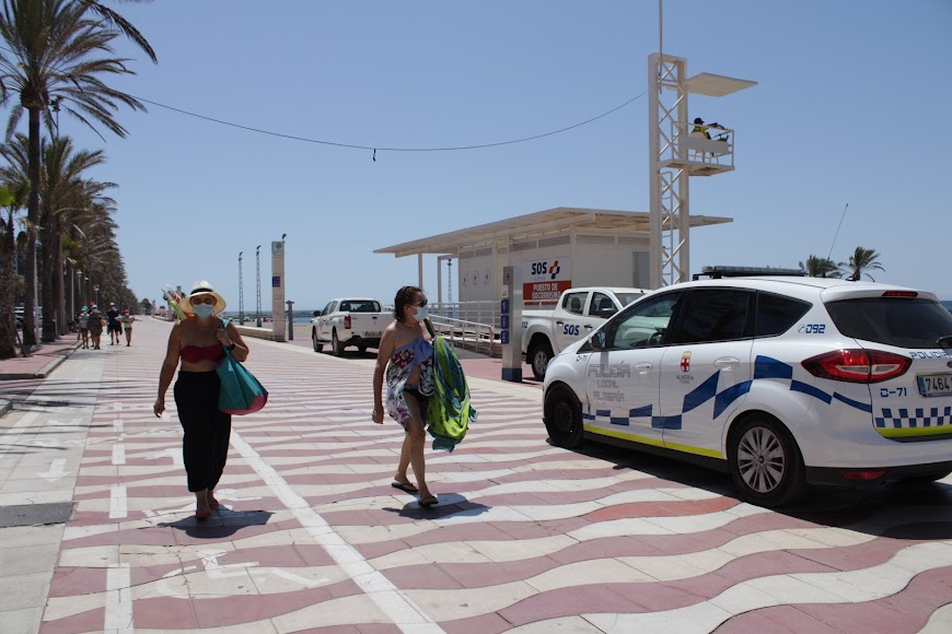 La Policía Local de Almería patrullando por el Paseo Marítimo.