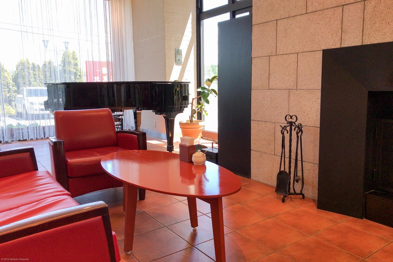 暖炉とピアノとソファのある空間