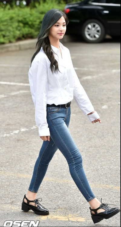 LookBook-Tzuyu-Detached-Cuff-Top-White-Top-Denim-Twice