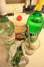 Photo: aunque tengo todos los ingredientes, hacer mojitos no es lo mio. mejor los bizcochos :(