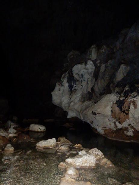 洞窟の先は暗闇が続く。