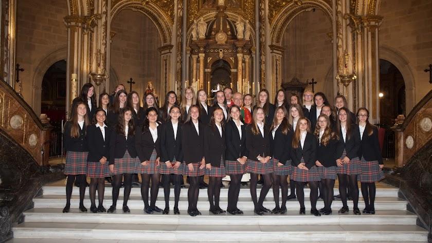 Confirmadas. Alumnas de colegios Attendis en el altar mayor de la S.A.I. Catedral con el canónigo, Juan Torrecillas Cano, tras la ceremonia.