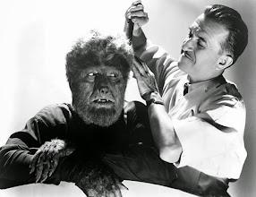 Photo: Lon Channey Jr. recebendo um retoque na maquiagem do grande Jack Pierce, figura fundamental na caracterização dos monstros da Universal. http://filmesclassicos.podbean.com