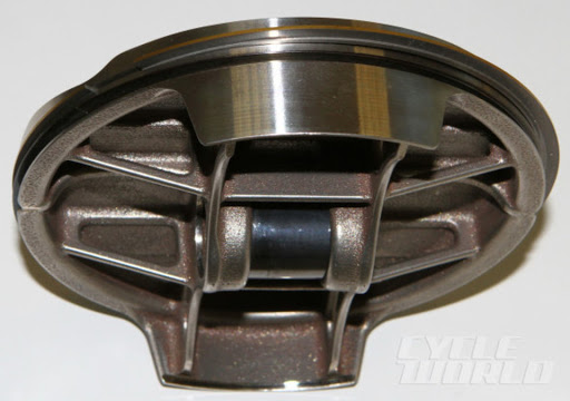Forged steel piston for gas engine, presented by Machines et Moteurs.
