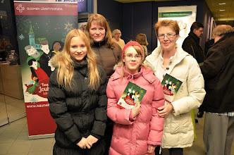 Photo: Aino, Anna-Maria (taustalla), Marjut ja Elina Vihdistä osallistuivat joululaulu-äänestykseen.