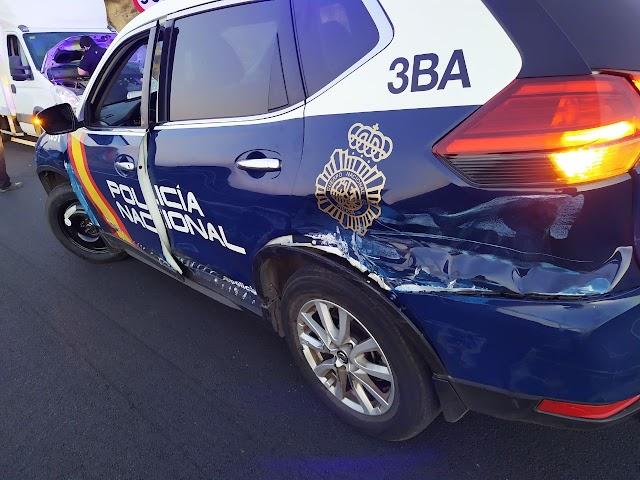 El vehículo patrulla con marcas del impacto del furgón, detenido a la izquierda