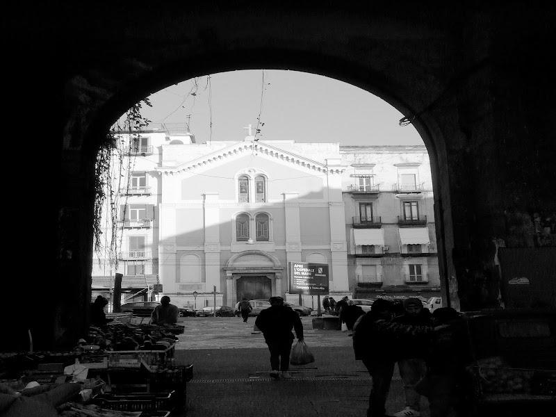 Chiesa dei Santi Cosma e Damiano a Porta Nolana di Napoli con arco di Mario Romano