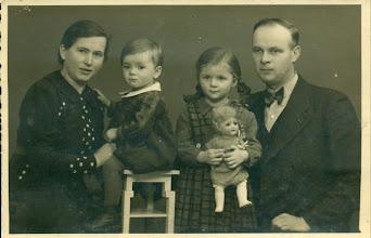 Photo: Rodzina Wittek: siostra Henryka Mullera z mężem i córkami Hiltrud - z lalką - urodzoną w 1935 roku i Marianną urodzoną w 1937 roku. Później był jeszcze syn Hubert. Zdjęcie z 1939 roku.