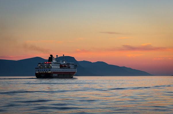 Nave in uscita dal porto di Nick982