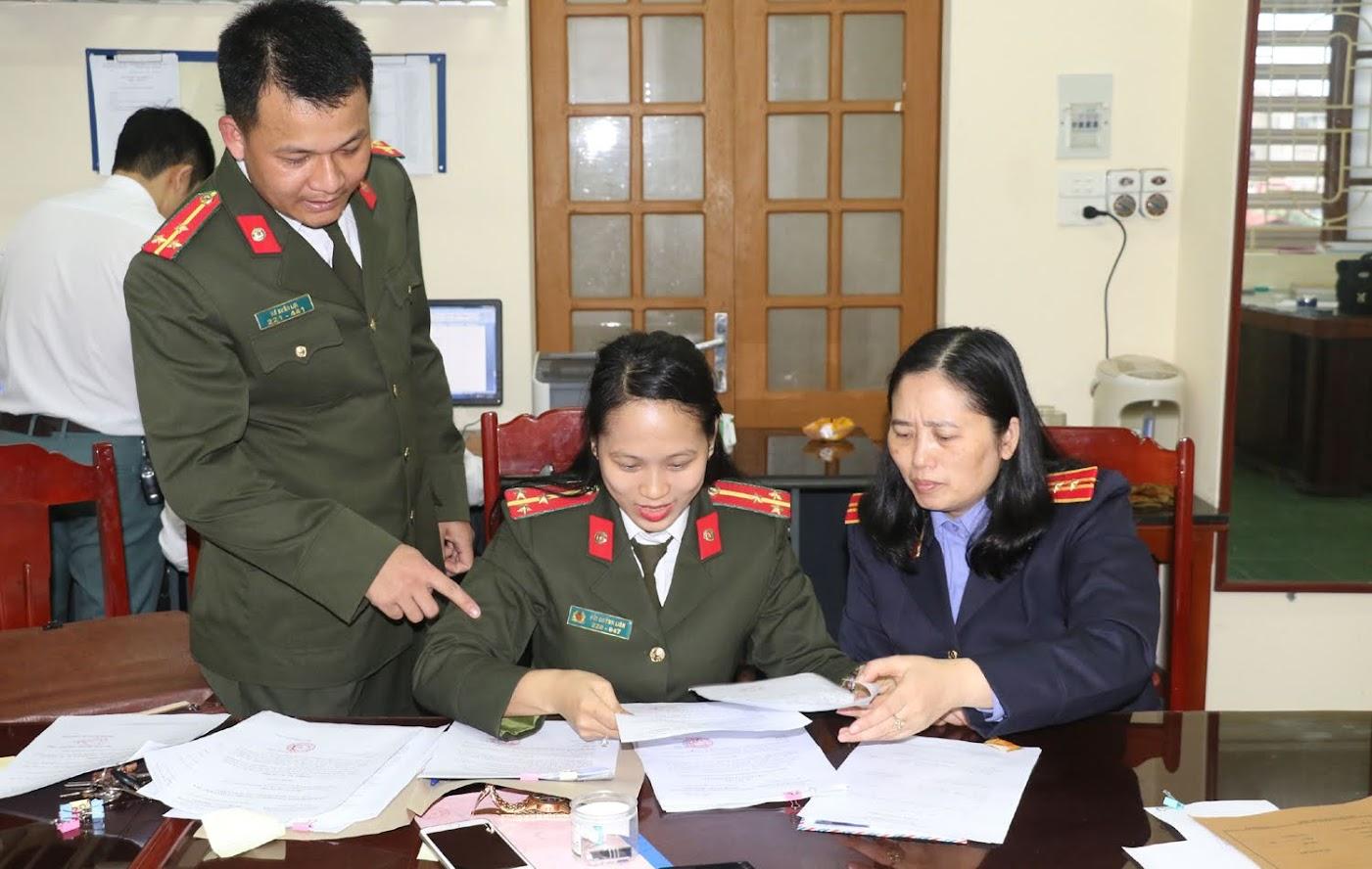 Phòng ANĐT công an Thanh Hoá và Viện KSND tỉnh nghiên cứu hồ sơ vụ việc