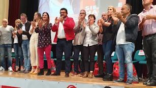 El alcalde de Fiñana, Rafael Montes (centro), en un acto electoral de las últimas municipales
