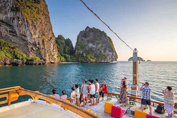 Spectacular view to the limestone cliffs of Railay Beach
