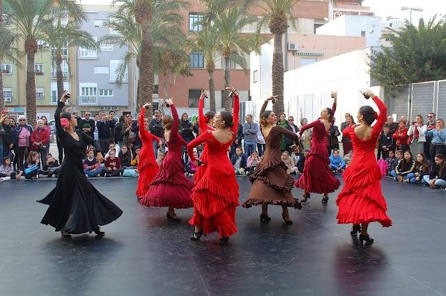 Sevilla, alumnas de 5º y 6º de EP de Danza Española bailando 'sevillanas'.
