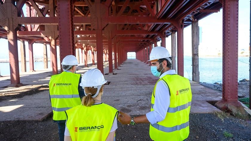 Jesús Caicedo, Ana Martínez Labella y Ramón Fernández-Pacheco durante la visita al Cargadero del Mineral