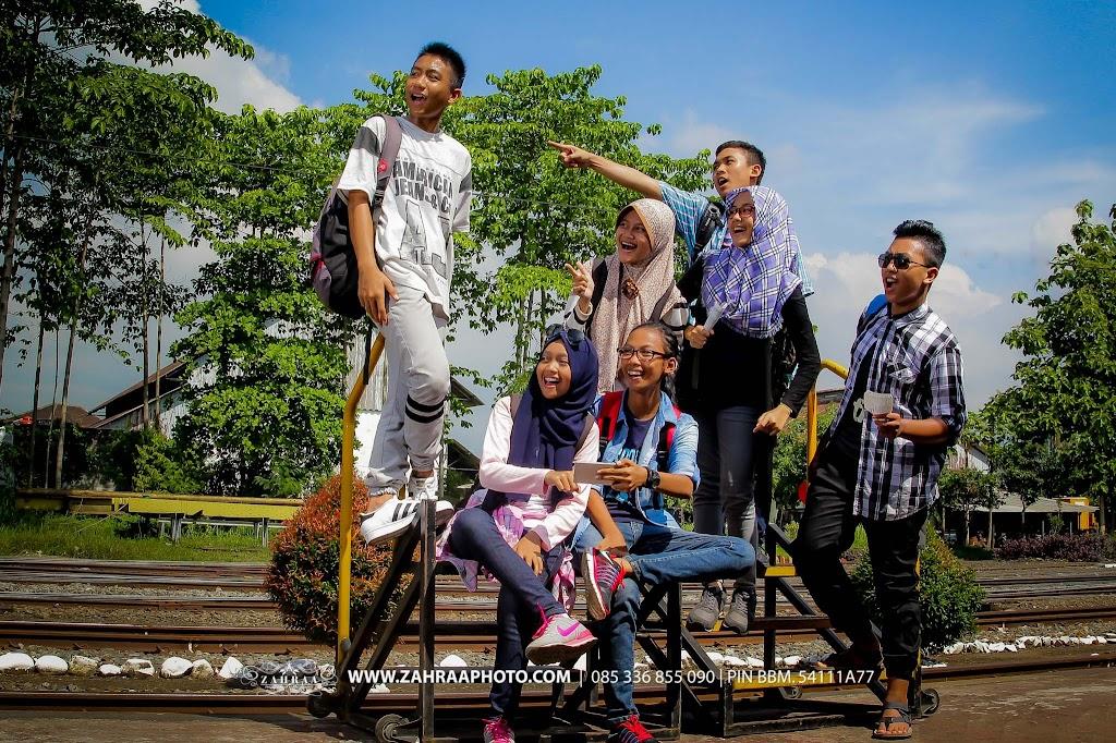 Konsep Pose Keren Foto Year Book - Buku Tahunan sekolah - BTS - Fotografer - photographer - Photografer - Jember - Travelling  di Stasiun Kereta Api Jember