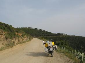 """Photo: Die von mir gefürchteten 9 km zur Tenuta erweisen sich als Kinderspiel für Resi. Und für mich als Übungsterrain für das Fahren im Stehen, das in Italien """"eigentlich"""" verboten ist."""