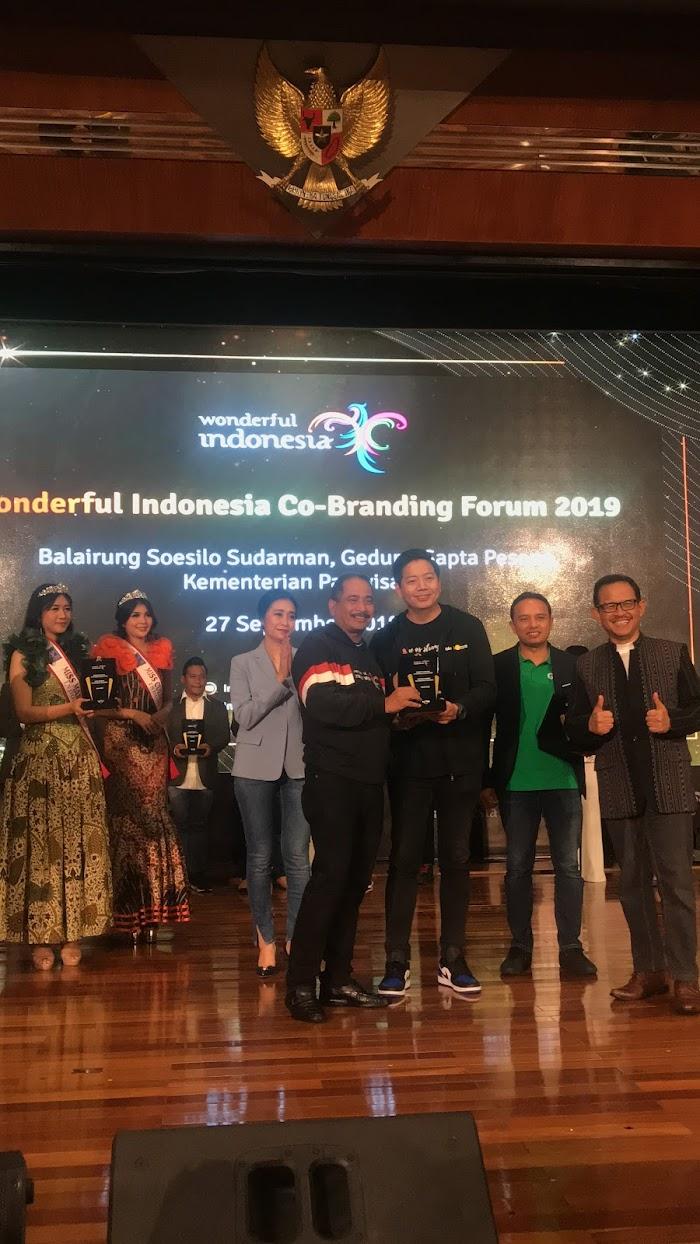 Photo: individuals receiving awards