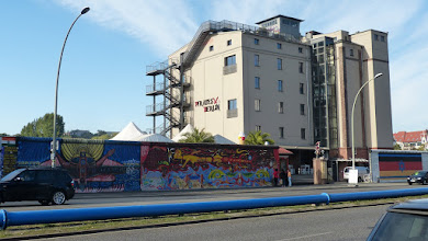 Photo: East Side Gallery; Pirates Berlin