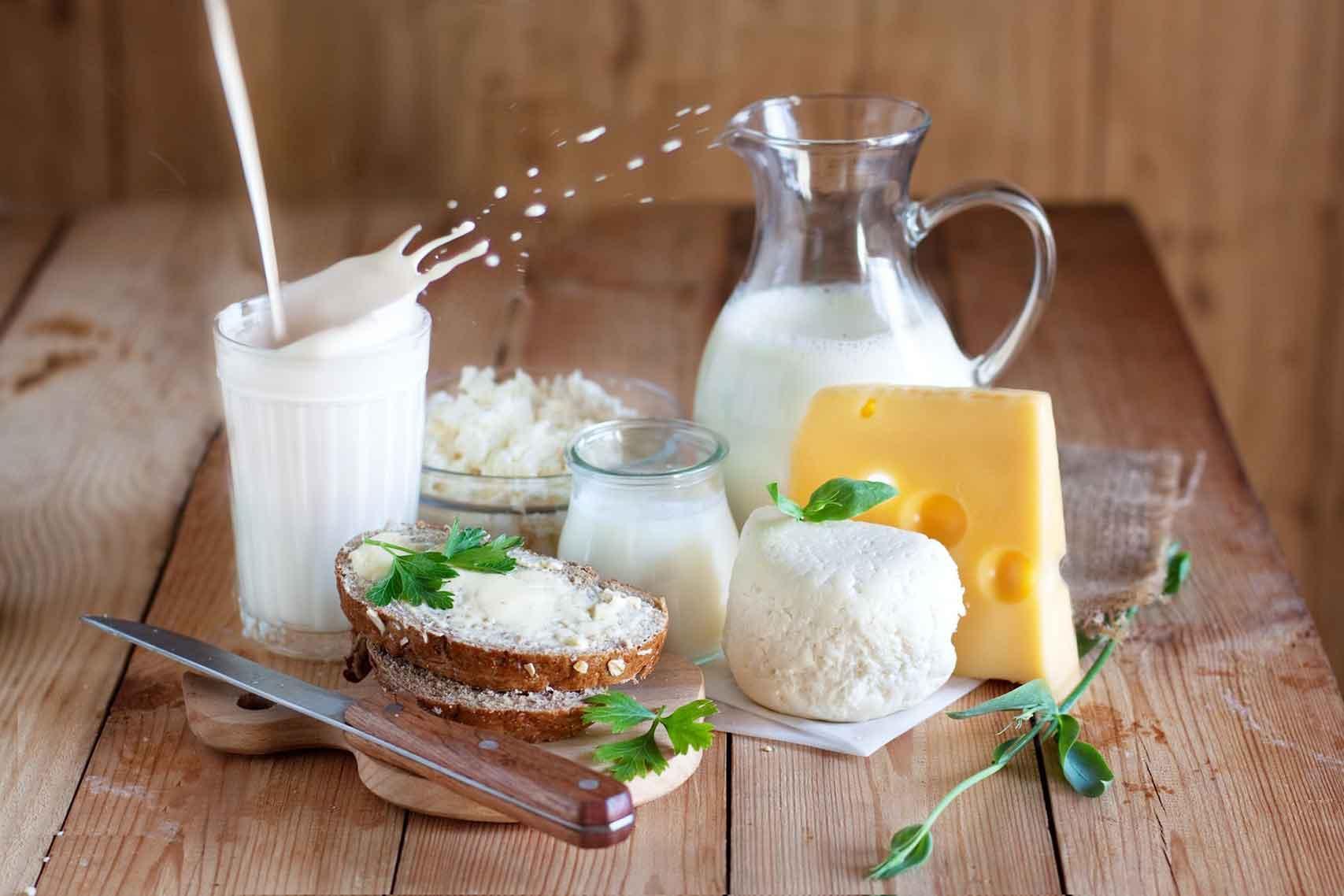 Groupe de produits laitiers et éclaboussures de lait