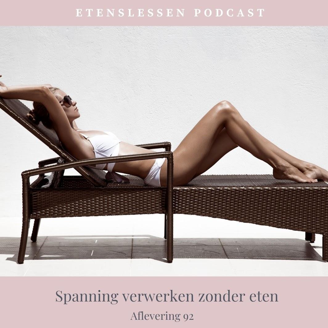 Mooie vrouw in bikini die ligt te zonnen op haar ligbed