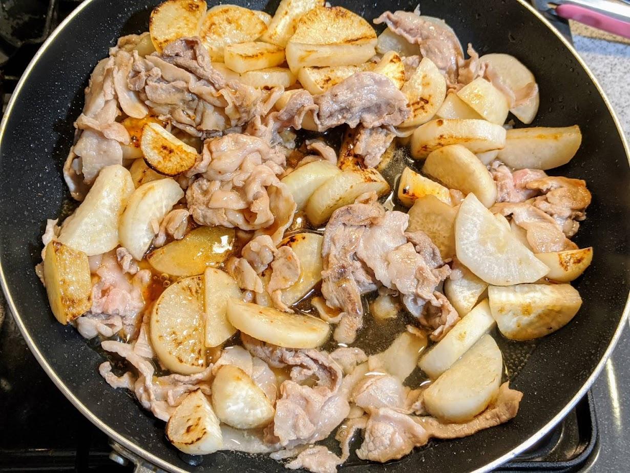 フライパンに豚肉と大根と合わせ調味料が入ったところ