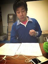 Photo: 4/13 ビーグル本読み中!! 最近老眼で大変なのですヽ ( ꒪д꒪ )ノ笑