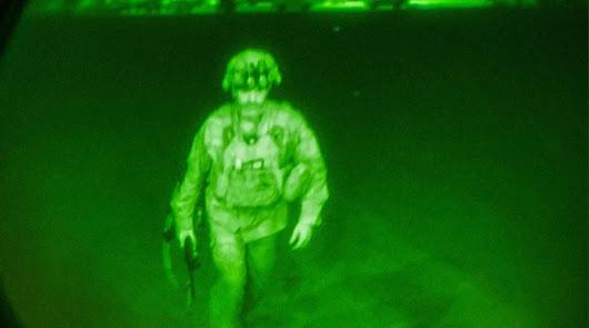 'Good bye' Afganistán: la imagen de la retirada del último soldado de EEUU