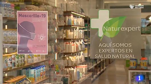 Imagen de TVE en la que se ve una farmacia con el cartel de \'Mascarilla 19\'.