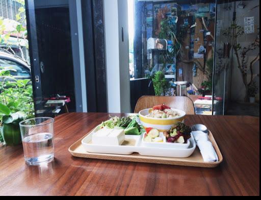 有一些生活雜貨的佈置與販賣,空間寬廣但很溫馨!平日週間套餐組合的配菜--胡麻豆腐好好吃*