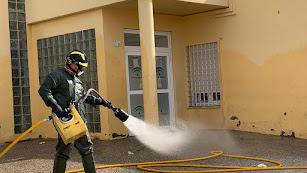 Trabajos de desinfección en el centro de salud de Puebla de Vícar.
