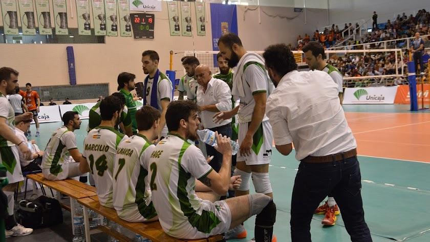 Piero Molducci dando instrucciones a sus muchachos.