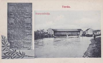 """Photo: - Inscriptie pe pe podul vechi de lemn -   dispărută cu istoricul podului pusă la centenarul podului """"Priveşte acest pod, măreaţa realizare a Transilvaniei, ridicat cu cheltuieli mari, dar cu griji şi mai mai mari, pentru binele comun, cu ajutorul Domnului, prin intermediul contelui Sfântului Imperiu, Domokos Teleki de Sic, comite suprem al nobilului comitat Turda, cu ajutorul graţios al ilustrului Guberniu al Transilvaniei, sub supravegherea laborioasă a domnilor locotenenţi ai oraşului Turda, Miklós Lászlo Cseh(n?) Boldizár şi a omului țării Követsi János, maistru constructor principal; ridicat în 1804, a ajuns la finalitatea dorită sub conducerea locotenentului Ostroviczy József, în 1815. Călătorule, admiră aici meşteşugul, maestrul care înfruntă natura, măreaţa operă care învinge apele pe care până şi râul, murmurând sub forţa sa herculeană, o priveşte"""" sursa  http://digital-library.ulbsibiu.ro/dspace/bitstream/123456789/1138/9/Poduri_Patrimoniu_Wollmann_162-166.pdf   sursa: http://postcards.hungaricana.hu/hu/225806/  sec. XIX, aval malul stang - imagini vechi, R.C. https://imaginivechi.files.wordpress.com/2010/06/212-podul-peste-aries-amontemalul-drept1904.jpg si https://www.facebook.com/regikepeslapok/photos/a.1008949319120123.1073741848.996673943680994/1008957789119276/?type=3&theater si https://www.facebook.com/regikepeslapok/photos/a.1056000064415048.1073741873.996673943680994/1056000391081682/?type=3&theater  si,  calatori prin lume https://www.facebook.com/photo.php?fbid=684801851595016&set=pcb.758209560903100&type=3&theater"""