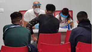 Un equipo de Cruz Roja atiende a migrantes llegados al Puerto de Almería. Foto: Cruz Roja