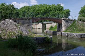 Photo: La particularité de la ville de Briare est d'avoir de nombreux ponts et passerelles sur les canaux.