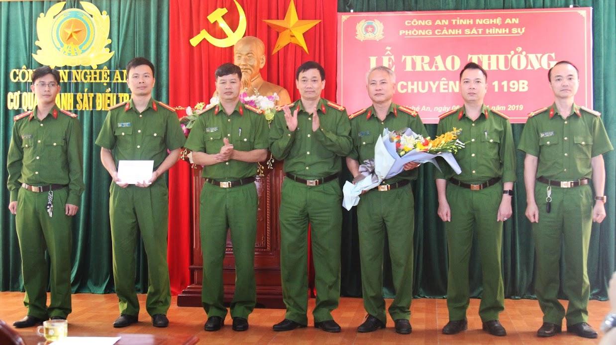 Đại tá Nguyễn Mạnh Hùng, Phó Giám đốc Công an tỉnh trao thưởng cho tập thể Ban chuyên án