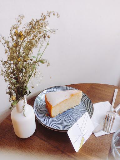 檸檬起司蛋糕,上面是糖霜微甜,下面的蛋糕不會太甜,剛好與上面糖霜搭在一起是好吃的❤️推👍