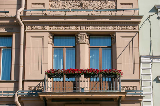 st-petersburg-architecture-on-canal-cruise.jpg - A balcony overlooking a canal  in St. Petersburg, Russia.